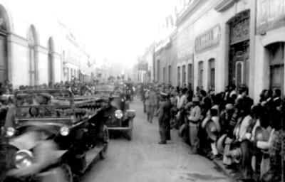 Venustiano Carranza a bordo de un automóvil escoltado por militares en Querétaro