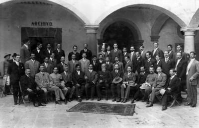 Venustiano Carranza, con un grupo de los constituyentes de 1917