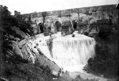 Cascada de Aguilera [y] Acueducto de la ciudad