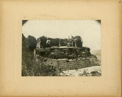 Hombres en las ruinas del Tepozteco, retrato de grupo