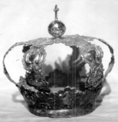 Corona en plata repujada y cincelada