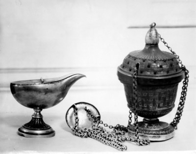 Incensario y naveta en plata repujada y cincelada