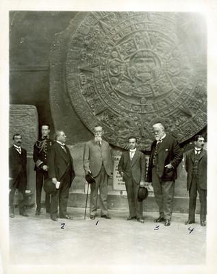 Venustiano Carranza, Natividad Macías, Antonio Rivas Mercado y Luis Castillo Ledón frente a la Piedra del Sol
