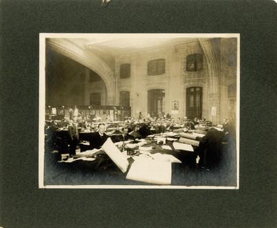 Grupo de empleados en las oficinas de la Secretaria de Hacienda y Crédito Público