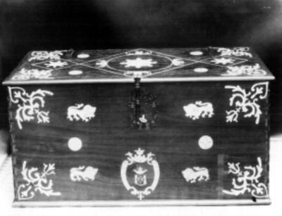 Arcón de madera con incrustaciones de hueso, detalle