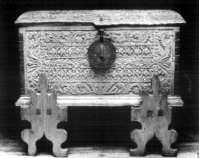 Arcón con chapa y decorado con relieves tallados