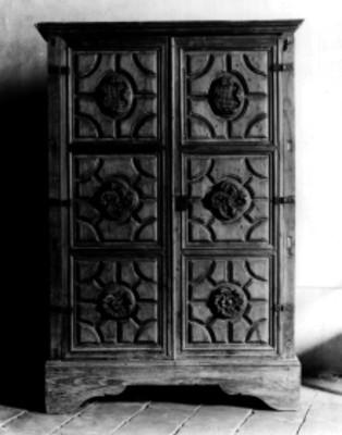 Gabinete fabricado en madera con puertas talladas