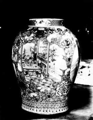 Vista posterior de un tibor chino policromodo con imágenes de mujeres