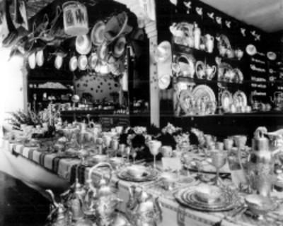 Vista de una tienda de artesanías de plata, palma y textiles