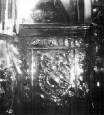 Trono de la Virgen de San Juan de los Lagos en plata repujada y cincelada