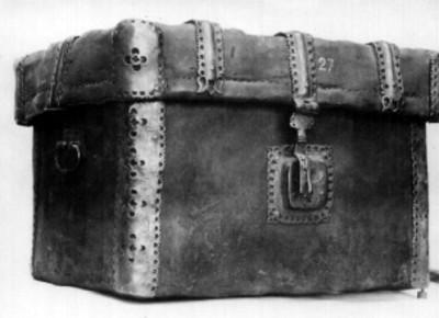 Baúl de cuero con chapa y escuadras de hierro forjado
