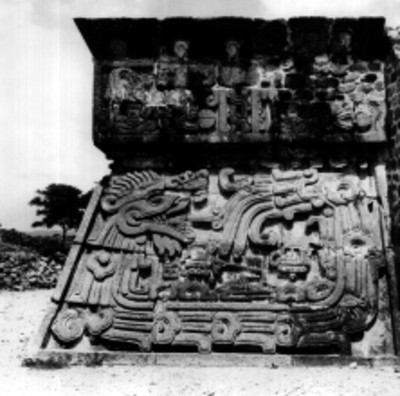 Detalle de los relieves en el templo de la serpiente emplumada de Xochicalco