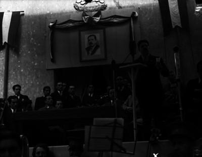 Ignacio García Téllez pronunciando un discurso durante una ceremonia en un auditorio