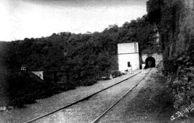 Vista del túnel y puente en la barranca de Meltac