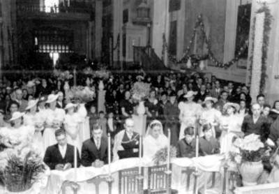 Novios durante su boda religiosa en la iglesia de La Asunción