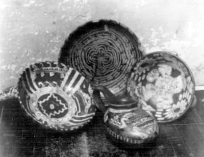 Platos y jícara policromados