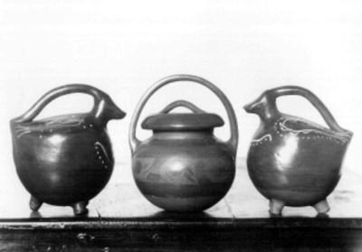 Lote de tres jarras policromas