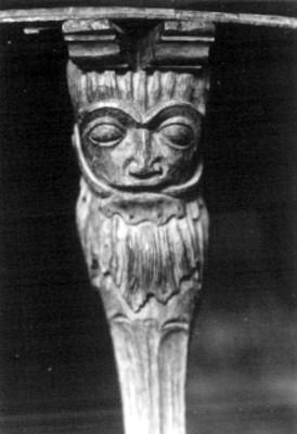 Detalle de un rostro humano tallado en madera
