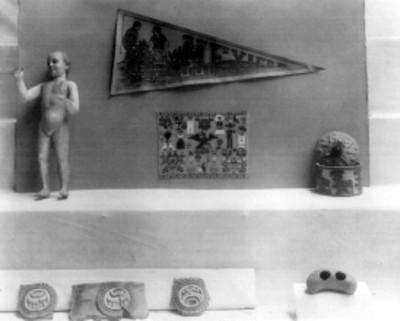 Lote de piezas de cerámica prehispánica, imágenes religiosas y banderines bordados