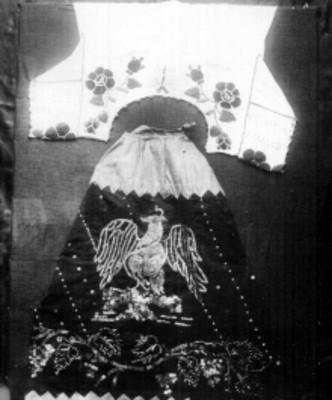 Blusa y falda de china poblana decoradas con bordados de lentejuela y shakira