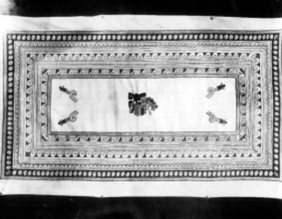Tapete decorado con bordados de figuras prehispánicas