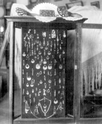 Lote de aretes, par de peinetas españolas y un cofre policromo, detalle