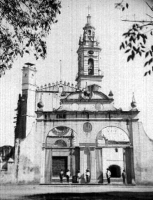 Hombres en el atrio de la Iglesia de San Pedro en Cholula
