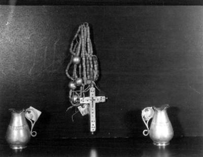 Rosario y vinajeras realizados en metal