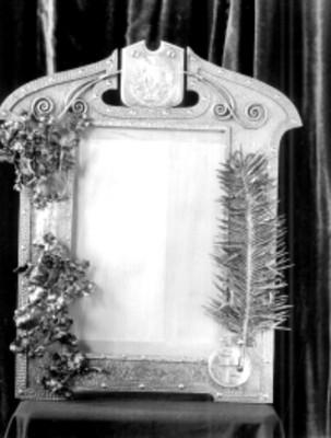 Marco realizado en madera con el escudo nacional y el símbolo de la esvastica