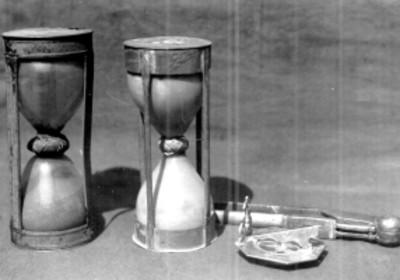 Par de relojes de arena y reloj solar de bolsillo