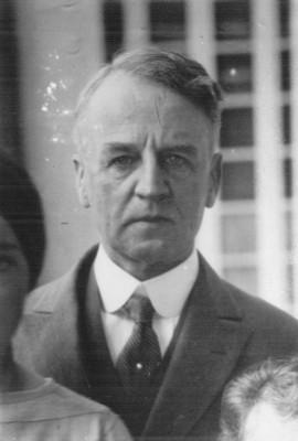 """""""Mr. Morrow"""" acompañado de niños, retrato"""
