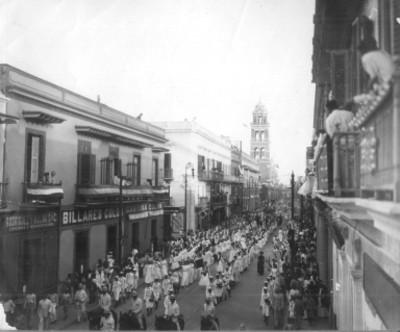 Desfile durante los festejos del Centenario sobre una avenida en Veracruz