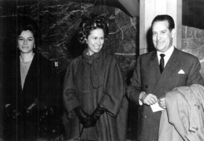 """""""Antonio Ruiz Galindo, Jr."""" acompañado de dos mujeres, retrato"""