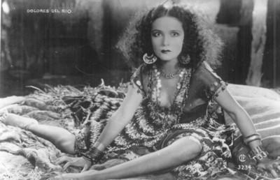 Dolores del Río, con vestido decorado con chaquiras y lentejuelas