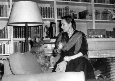 Dolores del Río sentada en una sala, retrato