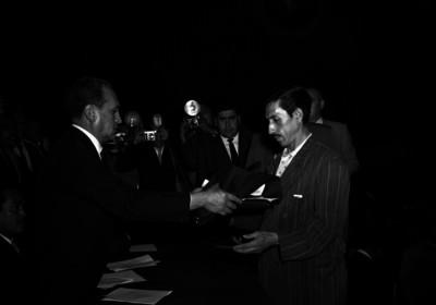 Arturo García Torres entregando uniformes a empleados públicos