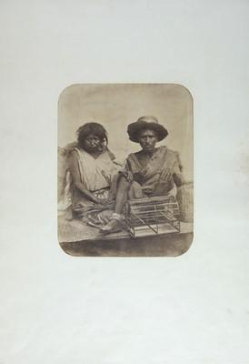 Pareja de hombre y mujer con jaula para pájaros, retrato