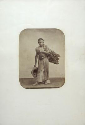 Hombre con atado de hierbas a la espalda, retrato