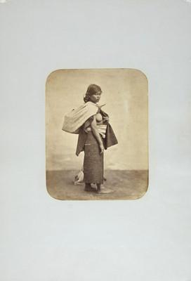 Mujer con indumentaria indígena, retrato