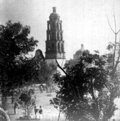 Plaza de armas y toma de iglesia al fondo, panorámica