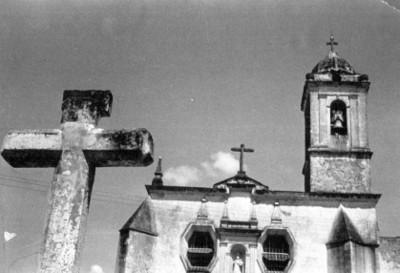 Cruz atrial y campanario, vista parcial