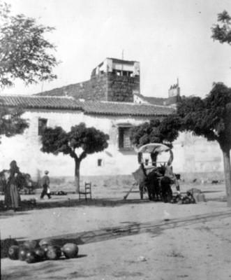 Plaza del pueblo con vendedores ambulantes