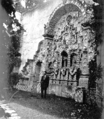 Hombre frente a la Fuente del Risco, ciudad de México