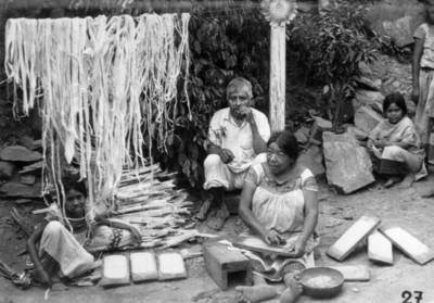 """Mujer fabrica """"papel de corteza"""", San Pablito, Puebla"""