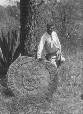 Hombre junto a lápida con glifos calendáricos de Toniná, Chiapas