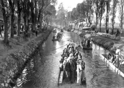 Personas en trajineras en el canal de Xochimilco