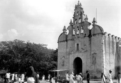 Vendedores ambulantes frente a la Iglesia de Santiago en Mérida