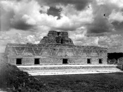 Edificio Este del Cuadrángulo de las Monjas en segundo plano pirámide del Adivino