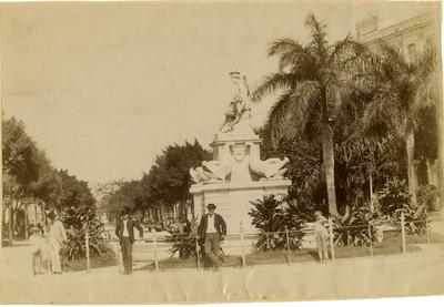 Hombres frente al monumento de la Diosa Diana