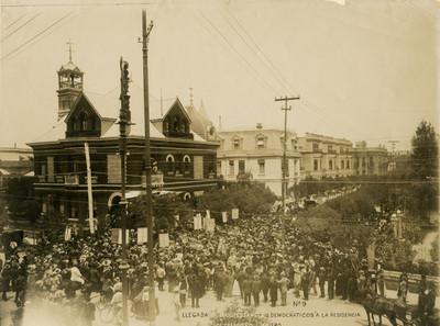 Llegada de manifestantes democráticos a la residencia de Francisco I. Madero